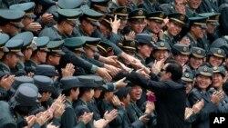 台湾总统马英九在高雄举行的黄埔建军90周年仪式与军校学员握手。(2014年6月16日资料照)