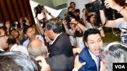 多名民主派議員包圍梁君彥抗議他限時辯論逃犯條例修訂草案。(美國之音湯惠芸攝)