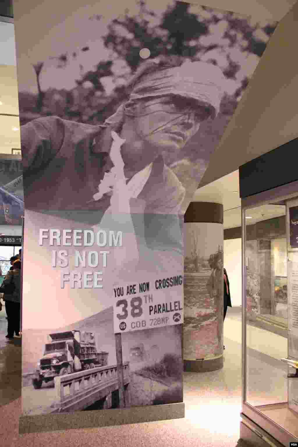 미 국방부 청사에 개관한 한국전쟁 기념 전시관에 부상당한 한국전 참전용사들의 사진과 함께 '자유에는 대가가 따른다(FREEDOM IS NOT FREE)'는 문구가 전시되어 있다.