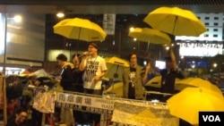 艺人何韵诗(左二)和黄耀明在金钟占领运动大台上