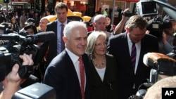 澳大利亚总理特恩布尔在购物街与选民寒暄。