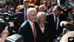 PM Australia Malcolm Turnbull menyalami watrga di Burwood, Sydney, sehari menjelang pelaksanaan pemilu di negaranya, Jumat (1/7).