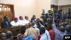 Mokambi ya CENCO (Conférence épiscopale nationale ya Congo), Mgr Marcel Utembi (C) na cardinal Fridolin Ambongo (2e D) elongo na ba episkopo basusu na centre interdiocésain ya Kinshasa, le 31 décembre 2016.