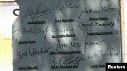 Bongkahan dari Tembok Berlin yang ditandatangani oleh beberapa tokoh dunia (foto: dok).