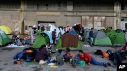 Des réfugiés dans le port de l'Athènes de Pirée, le 10 mars 2016. (AP Photo/Thanassis Stavrakis)