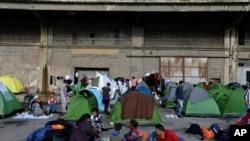 Des migrants et réfugiés au port du Pirée, à Athènes, le 10 mars 2016. (AP Photo/Thanassis Stavrakis)