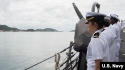 美國一艘軍艦2016年12月15日在南中國海巡航期間在越南金蘭港靠港(美國海軍照片)