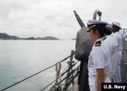 美国海军驱逐舰马斯廷号2016年12月15日在南中国海巡航期间在越南金兰港靠港 (美国海军照片)