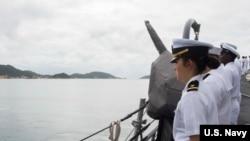 美國海軍驅逐艦馬斯廷號2016年12月15日在南中國海巡航期間在越南金蘭港靠港 (美國海軍照片)