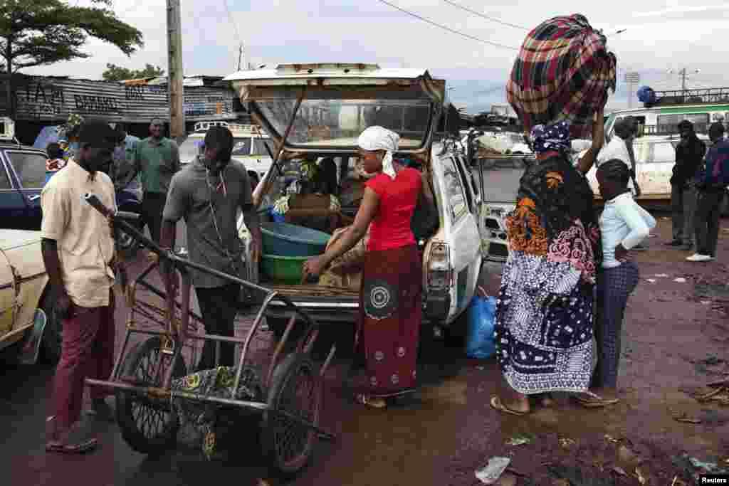 لاکھوں افراد سرحد پار سفر یا تجارتی سامان کی نقل کو حرکت کے لیے ان پرانے ماڈل کی کاروں پر انحصار کرتے ہیں۔