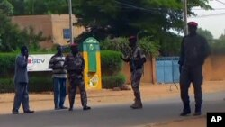 Binh sĩ tuần tra bên ngoài trại tù sau vụ tấn công vũ trang tại trại tù chính ở thủ đô Niamey, Niger, 1/6/2013