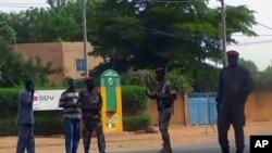 Des soldats nigériens patrouillent devant la prison de Niamey, le 1er juin 2013.