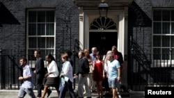 致命的高楼火灾的幸存者在会见英国首相特蕾莎·梅之后走出唐宁街首相府(2017年6月17日 )