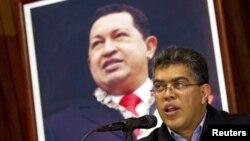 El vicepresidente de Venezuela, Elías Jaua, habla frente a un retrato del presidente Hugo Chávez.