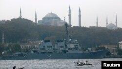 13일 터키 이스탄불 항구에 미 해군 구축함 '로스'(Ross) 호가 정박해 있다.