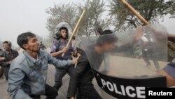 پولیس اور مظاہرین میں ہاتھا پائی کا ایک منظر