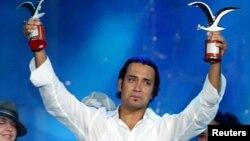 Jorge Pardo celebra con gran emoción su victoria en el Festival de Viña del Mar en 2005.
