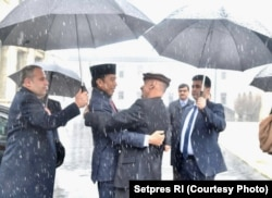 Presiden Jokowi disambut Presiden Afghanistan Ashraf Ghani dalam kunjungannya baru-baru ini ke Kabul.