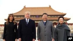 川普總統(左二)與夫人梅拉尼亞(左一)乘坐的空軍一號在8日下午抵達北京,隨後在中國國家主席習近平(右二)和夫人彭麗媛(右一)的陪同下參觀故宮。