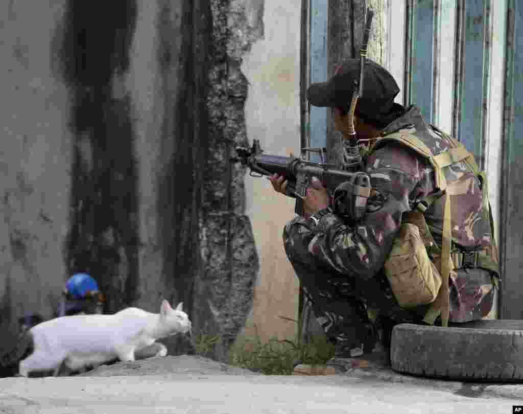 10일 필리핀 남부 도시 잠보안가에서 200여 명의 무슬림 반군이 인질을 잡고 저항 증인 가운데, 정부군 기동대원이 저격 자세를 취하고 있다.