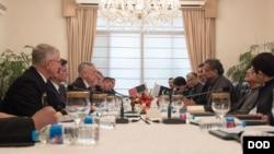 파키스탄을 방문 중인 짐 매티스 미국 국방장관(왼쪽)이 4일 샤히드 카칸 압바시 파키스탄 총리와 회담했다.