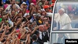 프란치스코 교황이 22일 브라질을 방문한 가운데, 리우데자네이루 공항에서는 많은 환영 인파가 교황을 맞았다.