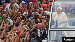 教宗方濟各星期一抵達巴西﹐車隊開進里約熱內盧市中心的沿途受到民眾夾道歡迎。
