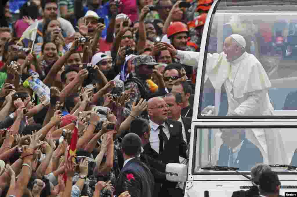 Ðức Giáo hoàng Phanxicô vẫy chào tín đồ Công giáo đón chờ Ngài ở trung tâm thành phố Rio de Janeiro, 22 tháng 7, 2013.