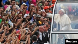 Paus Fransiskus beristirahat di Rio de Janeiro, Brazil, setelah sehari sebelumnya disambut meriah oleh ribuan pengagumnya (22/7).