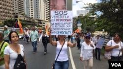Auxilio, piden los venezolanos a la comunidad internacional ante la actual crisis política que vive el país suramericano. 1 de abril de 2017. Foto: Álvaro Algarra / VOA.