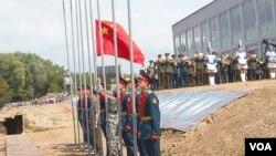 一名中国士兵在俄罗斯去年的军事比赛中升起国旗。(美国之音白桦拍摄)