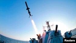 김정은 북한 국방위원회 제1위원장이 신형반함선 로켓 시험발사를 최근 참관했다고 조선중앙통신이 지난 7일 보도했다. (자료사진)