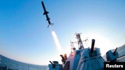 김정은 북한 국방위원회 제1위원장이 신형반함선 로켓 시험발사를 참관했다고 조선중앙통신이 지난 2월 보도하며 사진을 공개했다. (자료사진)