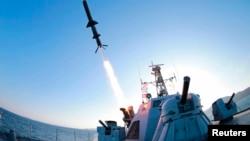 김정은 북한 국방위원회 제1위원장이 신형반함선 로켓 시험발사를 최근 참관했다고 조선중앙통신이 7일 보도하며 사진을 공개했다.