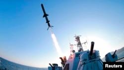 Kapal Korea Utara menembakkan rudal dalam uji coba di Pyongyang.