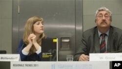 """Sekretaris umum Amnesti Internasional Jerman, Wolfgang Grenz, dan ahli dari Amnesty International Jerman untuk Azerbaijan dan Ukraina, Marie von Moellendorf mempresentasikan laporan tahun 2012 """"Situasi Global Hak Asasi Manusia"""" di Berlin (23/5)."""