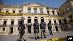 La Polis Minisipal Ap Fè Pos Lendi 3 Septanm devan Mize Nasyonal Brezil ki Boule nan Rio De Janeiro ki.