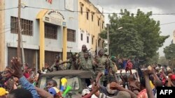 Soldados saudados ao chegarem à Praça da Independência na capital Bamako