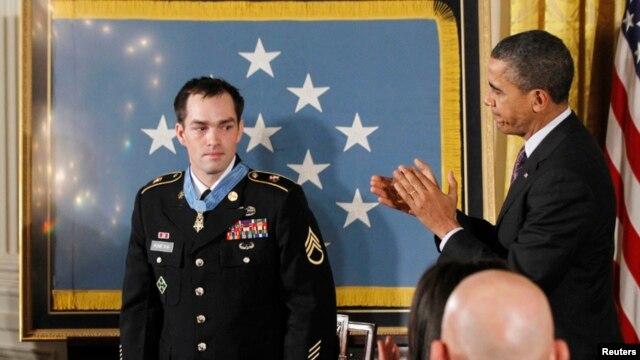 La medalla que Obama impuso a Clinton Romesha es la más alta distinción militar de EE.UU.