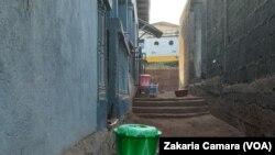 Kits de lavage des mains devant des maisons à Conakry, le 1er avril 2020. (VOA/Zakaria Camara)