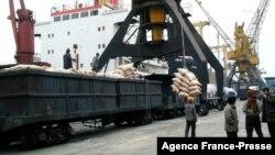 지난 2001년 4월 북한 남포항에서 일본이 지원한 쌀을 하역하고 있다.