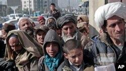 افغانهایی که بوری های گندم را از برنامه غذایی جهانی ملل متحد دریافت می کنند