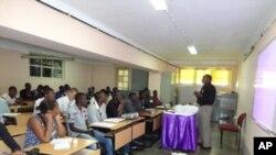 Do you speak English? Inglês em discussão. Lubango
