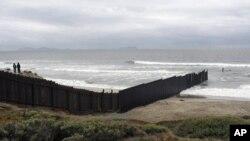美國和墨西哥交接的圍牆直入大西洋的帝國海灘(資料圖片)