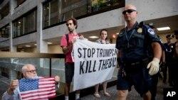 一些人在國會抗議共和黨健保法案,警察到現場(2017年7月17日)