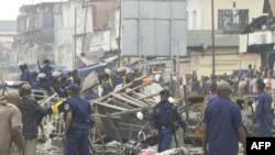 Des policiers chassent des manifestants au marché central de Kinshasa, RDC, le 9 juin 2020.
