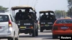 Lực lượng an ninh lái xe về thị trấn nghỉ mát Grand Bassam ở Abidjan, Bờ Biển Ngà, ngày 13/3/2016.