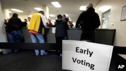 Pemilih AS di Des Moines, negara bagian Iowa memberikan suara lebih awal dalam Pilpres 2016 yang jatuh pada 8 November (foto: ilustrasi).