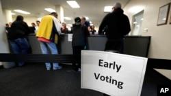 다음달 8일로 예정된 미국 대통령 선거 투표일이 채 한달도 남지 않은 가운데, 지난달 일찌감치 조기투표가 시작된 아이오와주 드모인스 주민들이 투표소에서 투표용지를 배부받고 있다.