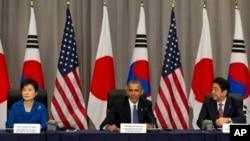 Президент Южной Кореи Пак Кын Хе, Барак Обама и премьер-министр Японии Синдзо Абэ